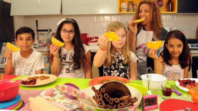 הדרך הטובה ביותר לגרום לילדים שלכם להבין מה הם מכניסים לגוף, ללמד אותם על מרכיבי המזון, ולגרום להם לרצות בעצמם לאכול אוכל בריא ומזין, היא לבשל ביחד איתם. צילום איל קרן
