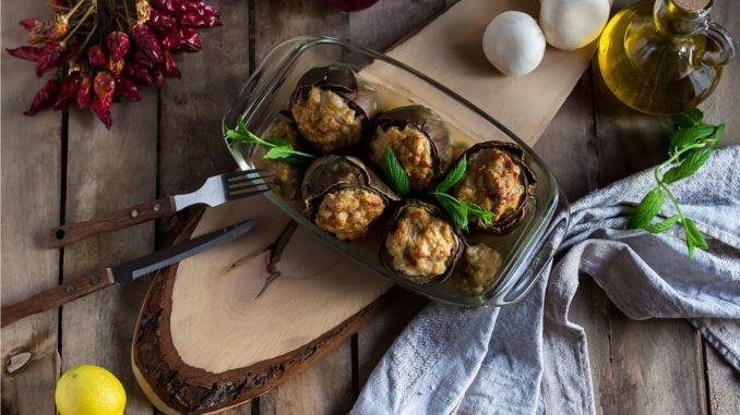 מעבירים את תחתיות הארטישוק הממולאות בקינואה לסיר הרוטב ומבשלים כ-10 דקות. מרטיבים מדי פעם את התחתיות הממולאות ברוטב