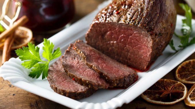 מחזירים לסיר את נתח הבשר ומניחים על הירקות. מוסיפים את השום החצוי, ענפי הסלרי, עלי דפנה וגרגרי פלפל אנגלי