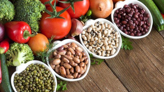 תזונה צמחית מתבססת על דגנים, ירקות ופירות, קטניות וזרעים, אגוזים, מוצרי חלב וביצים