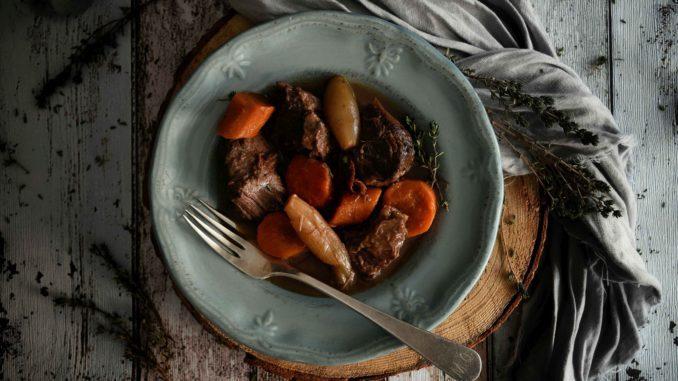 כסו את התבנית ובשלו על אש קטנה למשל כמה שעות בחום נמוך או עד שהבשר יתרכך