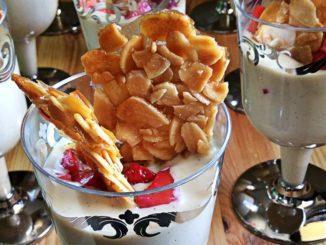 בכל כוס קרם מניחים כף של תותים קצוצים ומסדרים מעל קראנץ' שקדים. צילום גל סנדלר