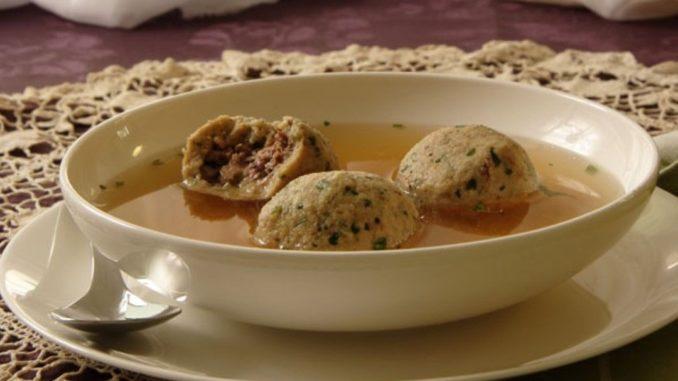 בערב הארוחה מכניסים את הקניידלך המבושלים למרק הצח. מחממים 5 דקות ומגישים. צילום נלי שפר