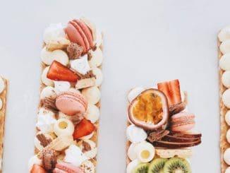 מקשטים עם תותים, קיווי, ענבים, שוקולדים, מקרונים וכו'. צילום מיטל גרוס