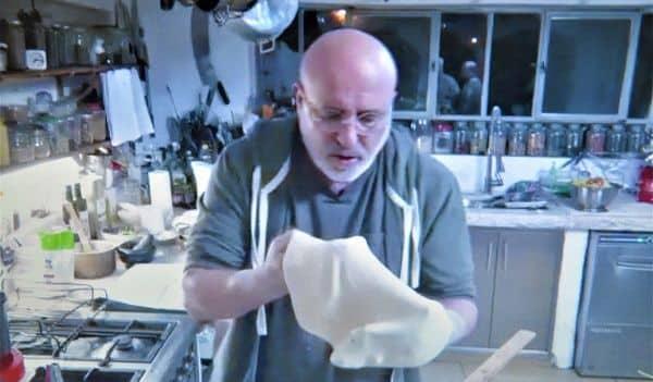 ארז קומרובסקי בסדנת הפיצה של סוגת ושטיבל. צילום מסך זום איריס לוי